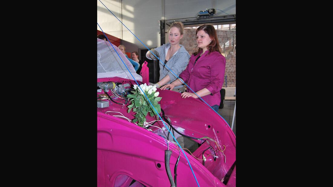 Käfer Karosserie in pink mit zwei Frauen