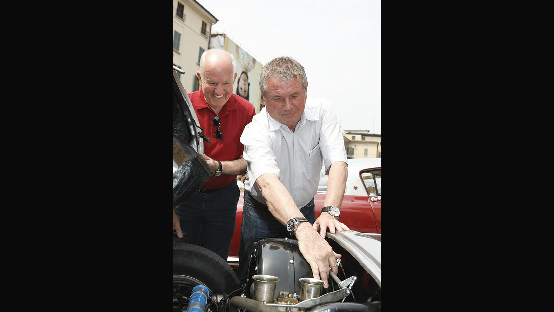 Klaus Bischof (rechts), Leiter des mobilen Porsche-Museums, und Assistent Rüdiger Ott.