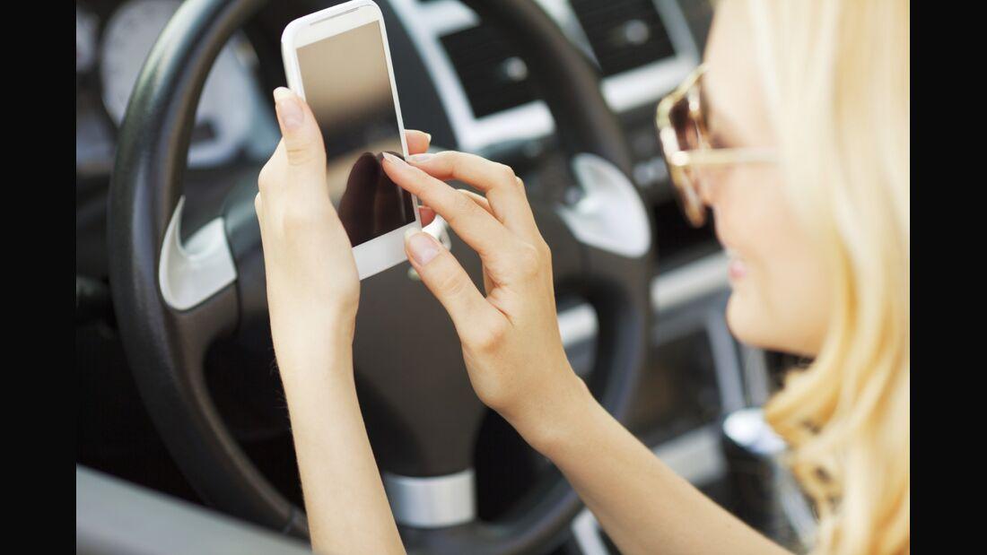 Kostenlose Tanken-Apps helfen Autofahrern dabei, bares Geld zu sparen.