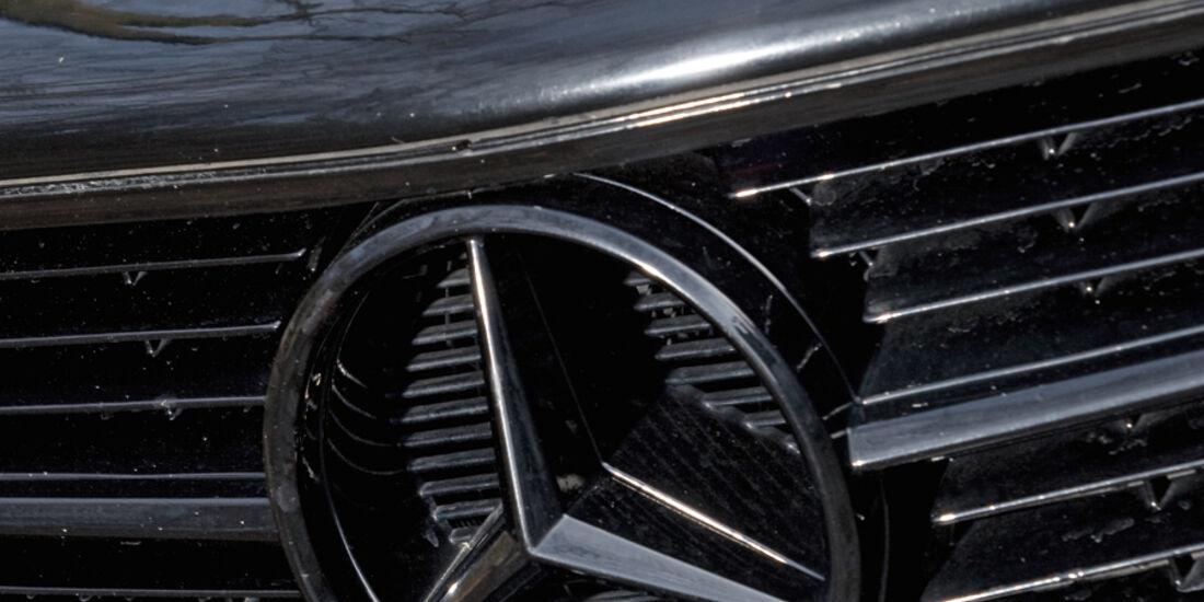 Kühlergrill mit mattschwarzem Mercedes-Stern am Mercedes-Benz 500 SEC-AMG, Baujahr 1982