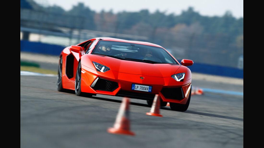 Lamborghini Aventador LP 700-4, Frontansicht, Slalom