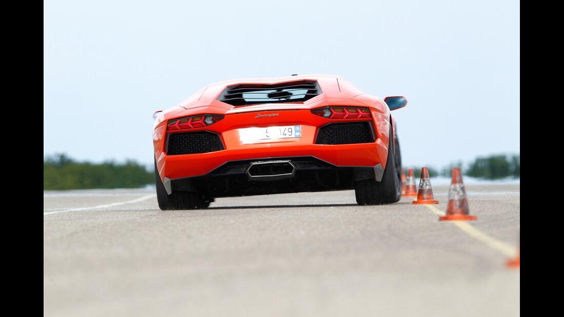 Lamborghini Aventador LP 700-4, Heckansicht, Slalom