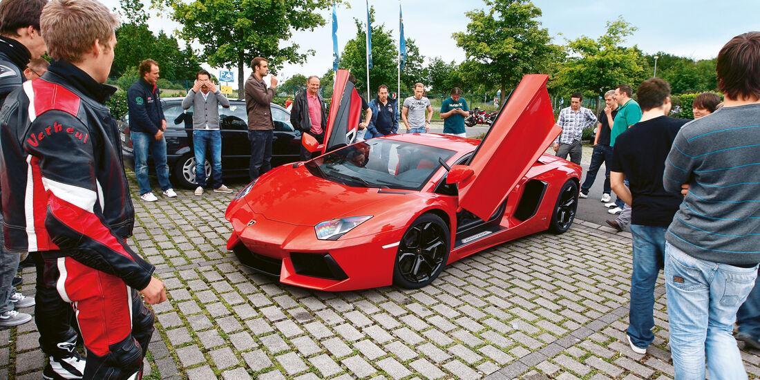 Lamborghini Aventador LP 700-4, Seitenansicht, Zuschauer