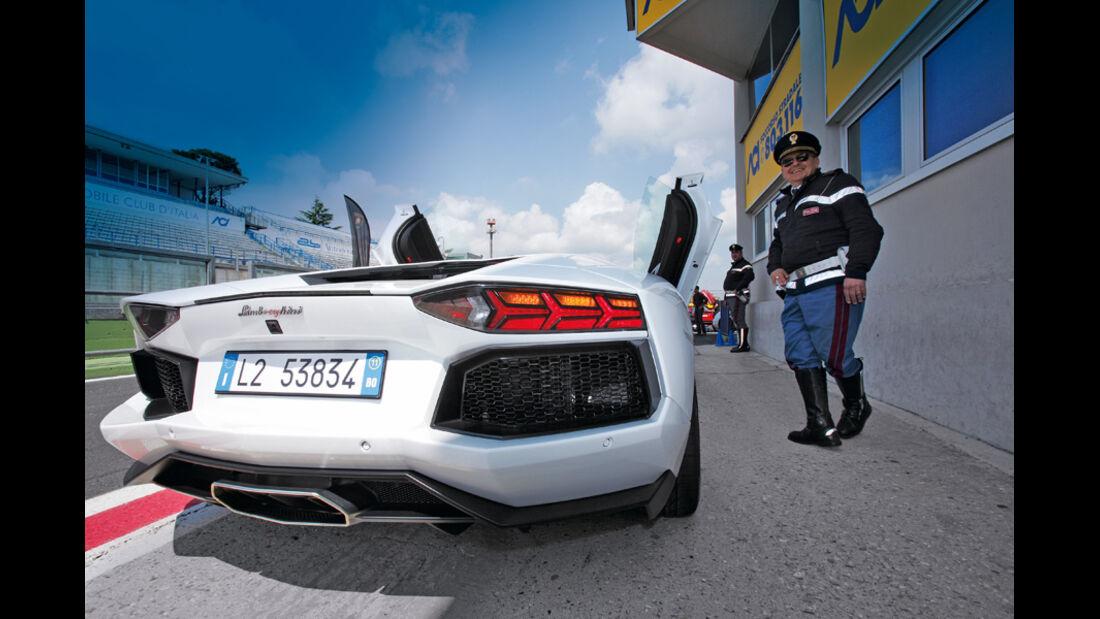 Lamborghini Aventador, Rückansicht, Polizist, Teststrecke