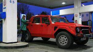 Lamborghini LM 002 an der Tankstelle