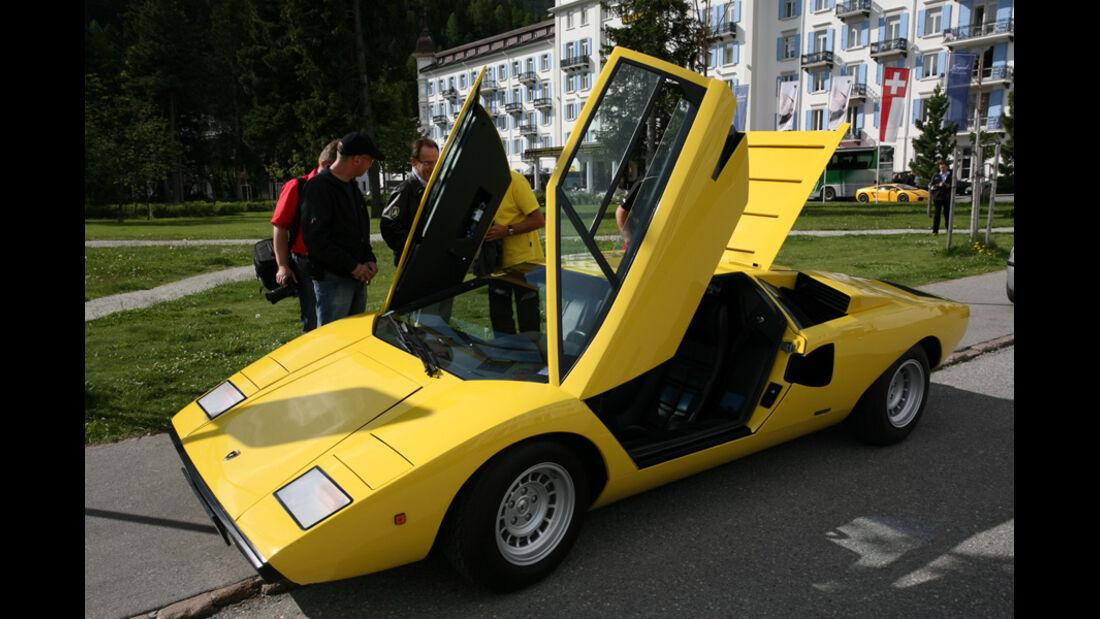 Lamborghini mit offenen Flügeltüren