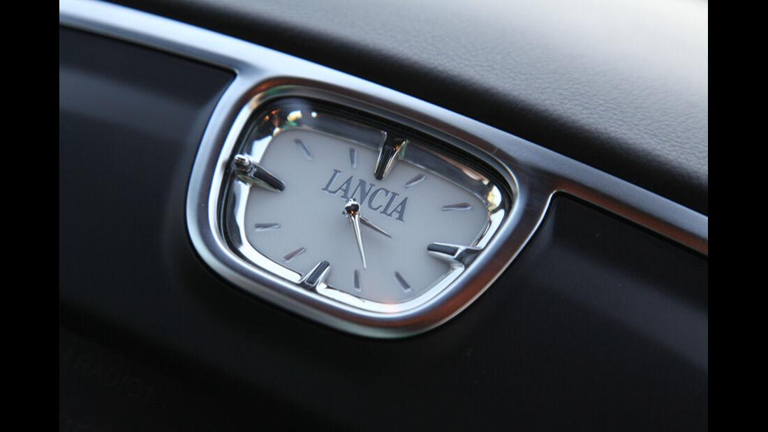 Lancia Thema 3.0 V6 Multijet Platinum, Uhr