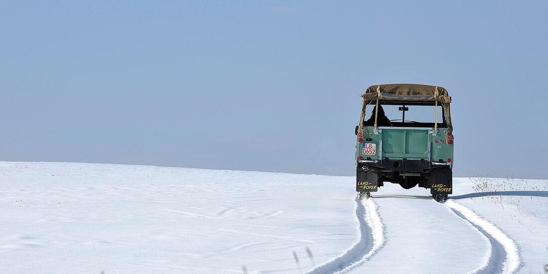 Land Rover 109 Serie 3, Heckansicht, Schneelandschaft