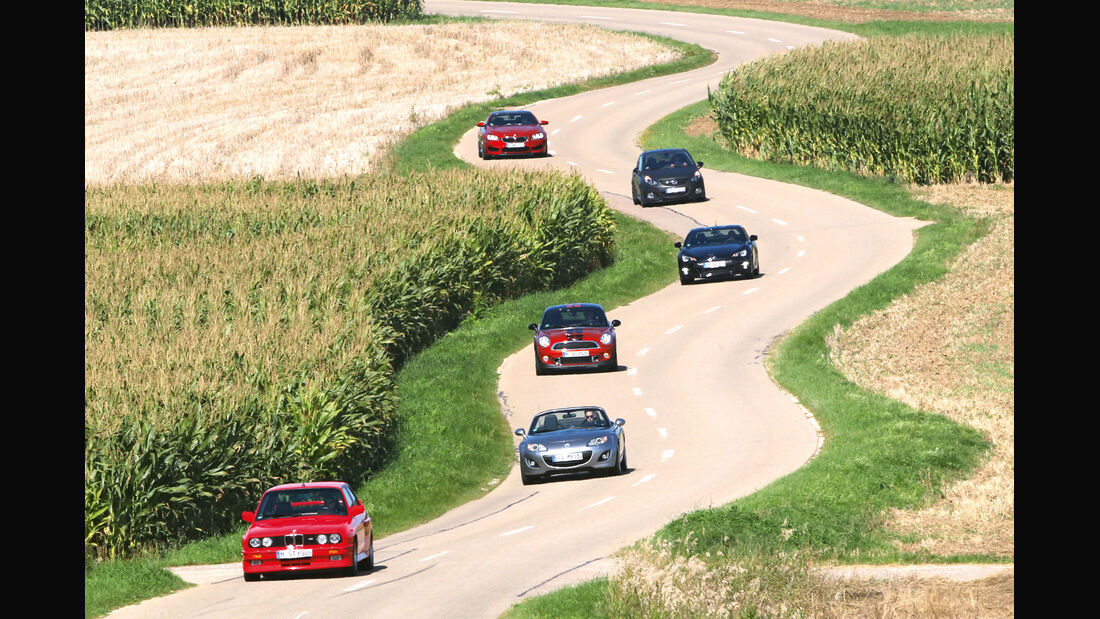 Landstraße, verschiedene Autos