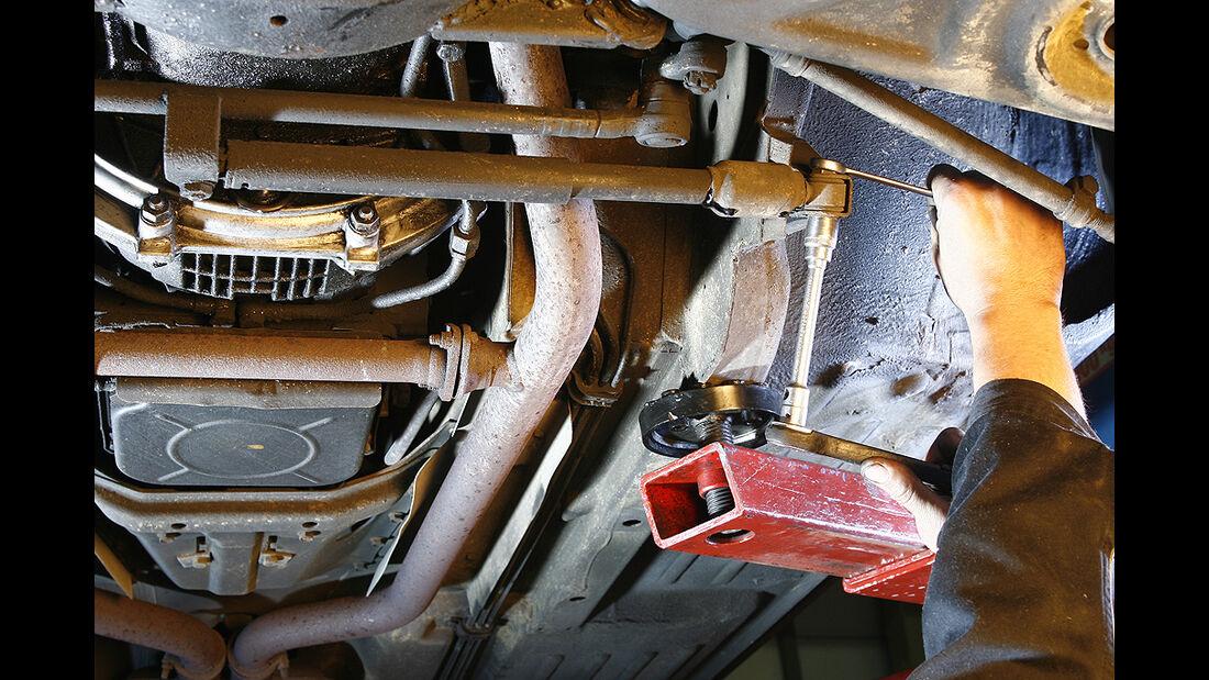 Lenkungsdämpfer eines Mercedes-Benz 350 SL/SLC (R/C 107)