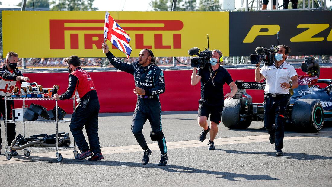 Hamilton gana en su casa en una carrera 'que pasará a la historia'