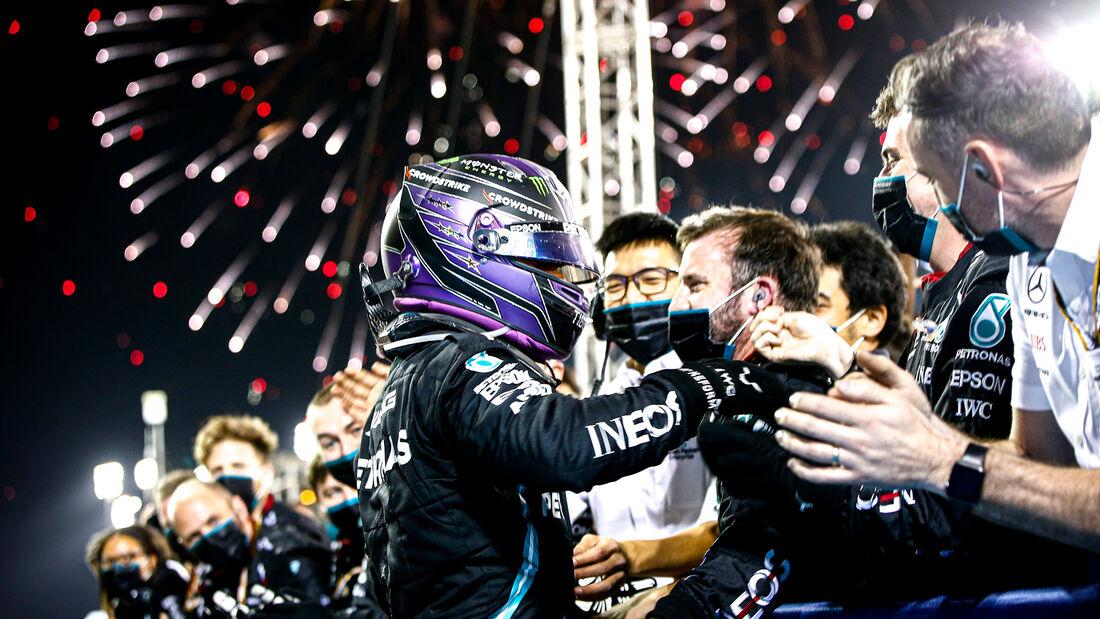Lewis Hamilton gana el Gran Premio de Barhain tras un fantástico duelo con Verstappen