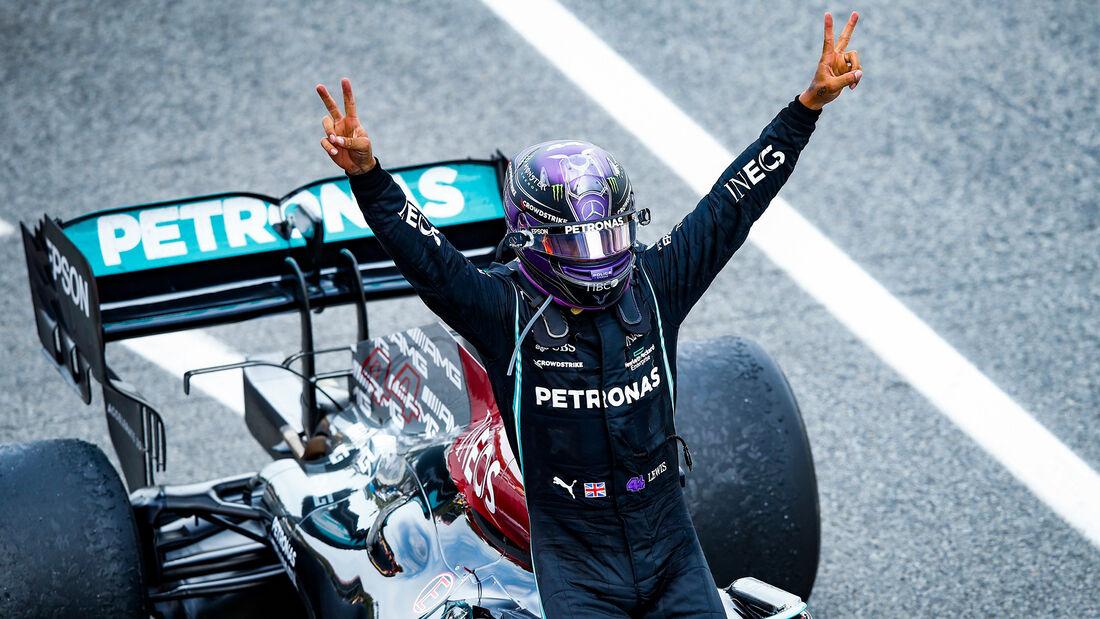 Hamilton gana en España con una estrategia perfecta