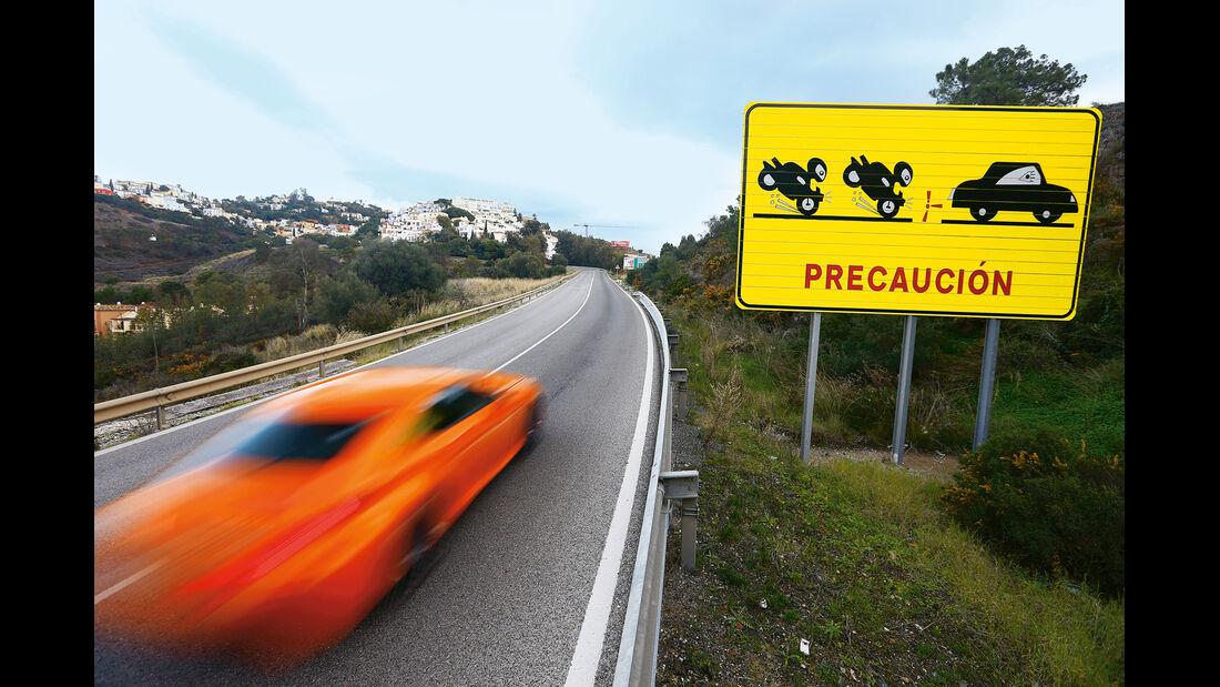 Lexus RC F, Seitenführung, Warnschild