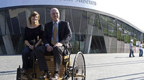 Lilo Biersl aus München, 4-millionste Besucherin im Mercedes-Benz Museum, und Museumsleiter Michael Bock auf einem Benz-Patent-Motorwagen-Nachbau