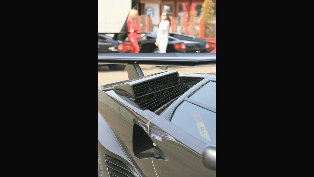 Lufteinlässe am Heck des Lamborghini Countach und zwei Frauen im Catsuit