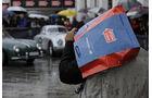 Mann mit Mille Miglia-Tüte bei Regen auf der Mille Miglia 2010