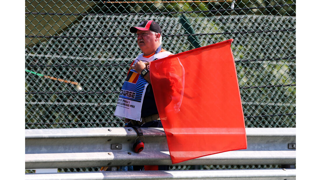 Marshall mit roter Flagge - Formel 1 - GP Belgien - Spa-Francorchamps - 22. August 2015