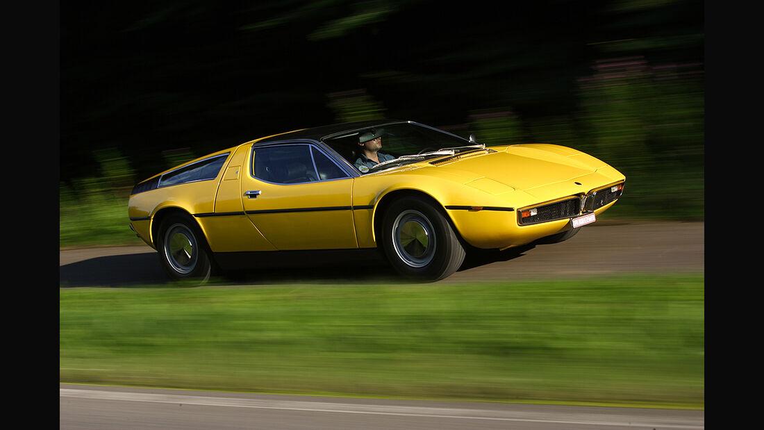 Maserati Bora 4.7 in Fahrt von seitlich vorne
