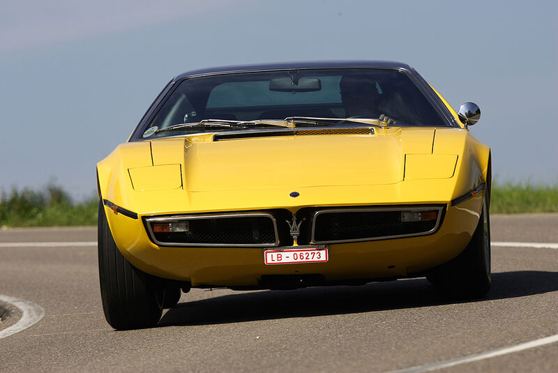 Maserati Bora 4.7 von vorne in Fahrt