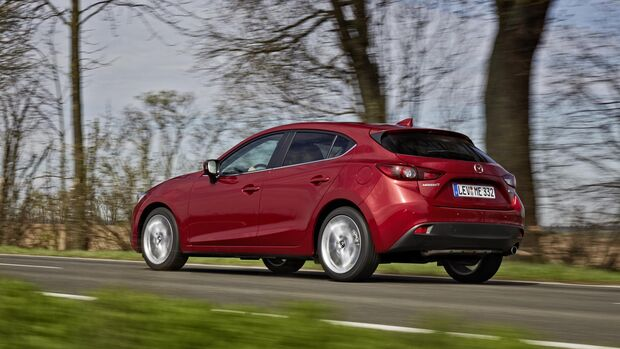 Mazda 3 Diesel Fahrt hinten Seite