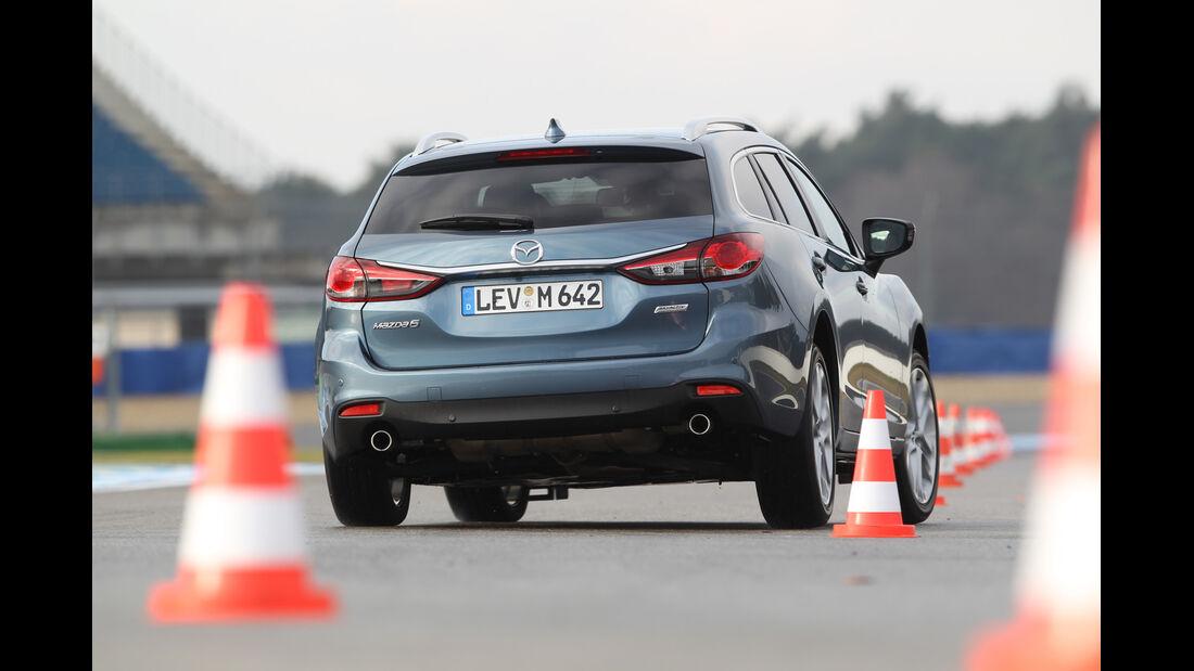 Mazda 6 2.2 D, Heckansicht, Slalom