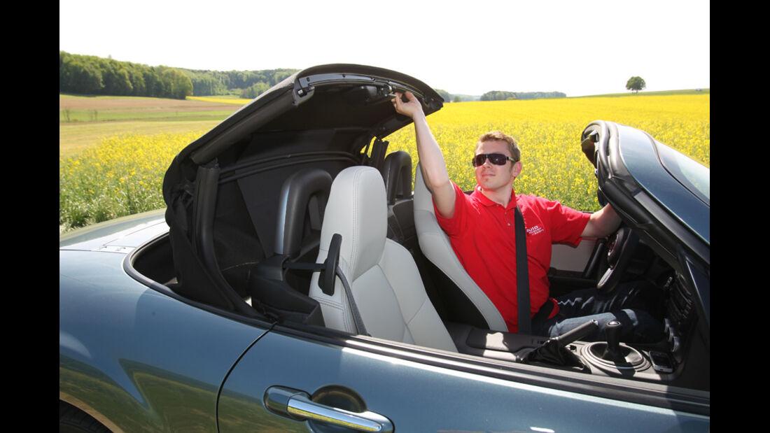 Mazda MX-5 1.8, Seitenansicht, Verdeck schließt