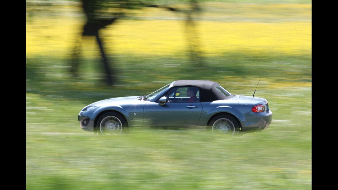 Mazda MX-5 1.8, Seitenansicht, Wiese, Verdeck zu