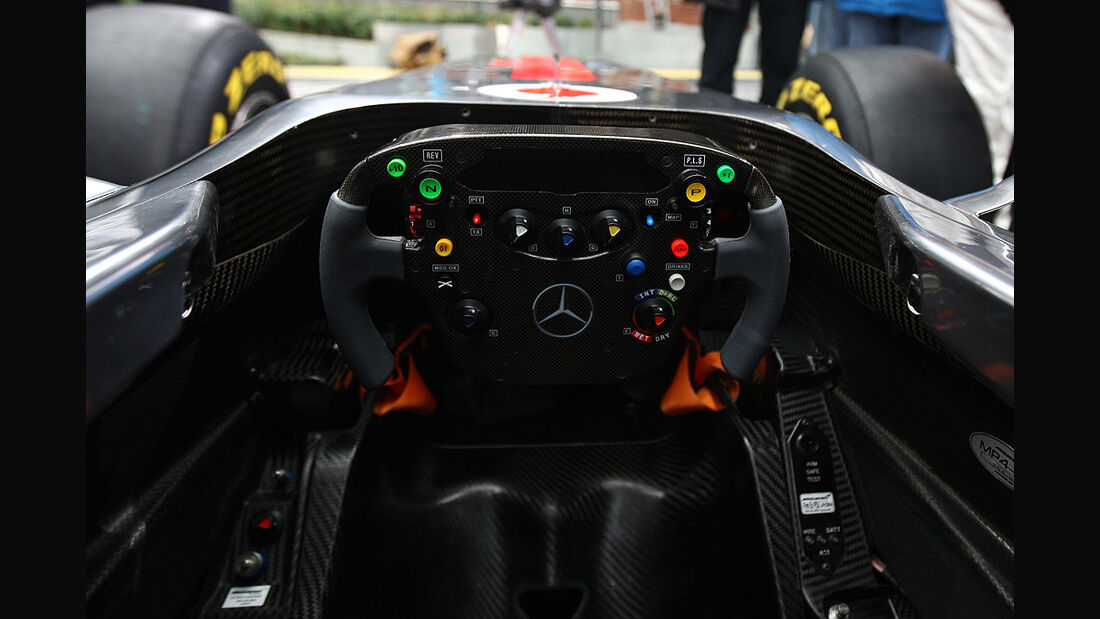 McLaren MP4-26, Lenkrad, Cockpit