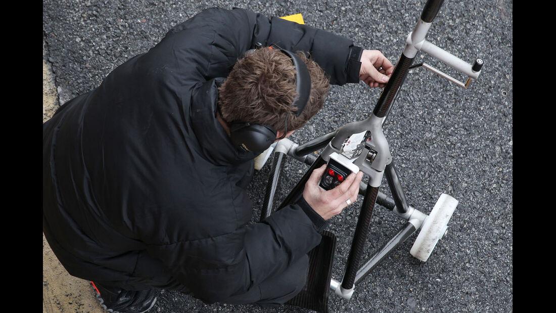 Mechaniker, McLaren, Formel 1-Test, Barcelona, 01. März 2013