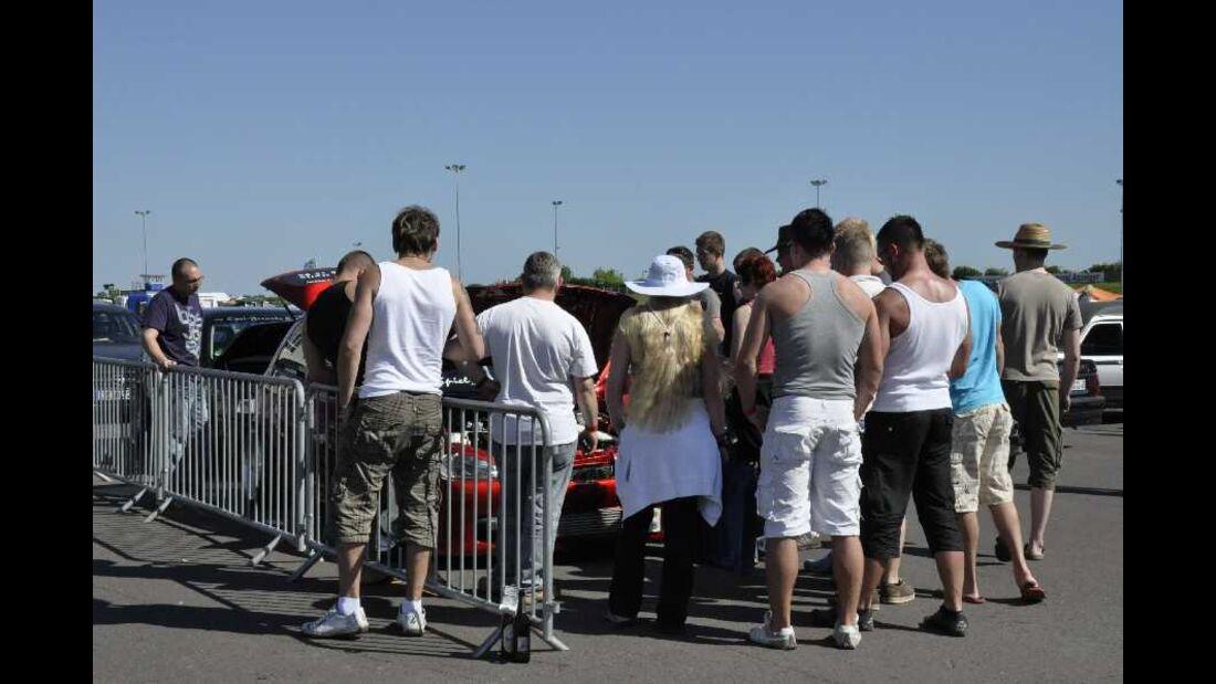 Menschenmengen um ein Auto