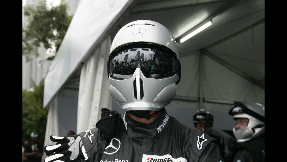 Mercedes - 2010 - Mechaniker - Helme - Formel 1