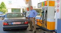 Mercedes 230 CE, Tankstelle, Alf Cremers