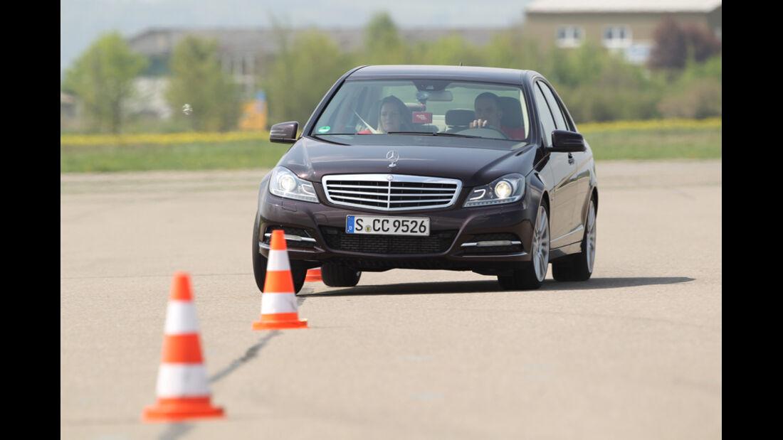 Mercedes 250 CDI, Frontansicht, Parcours, Hütchen