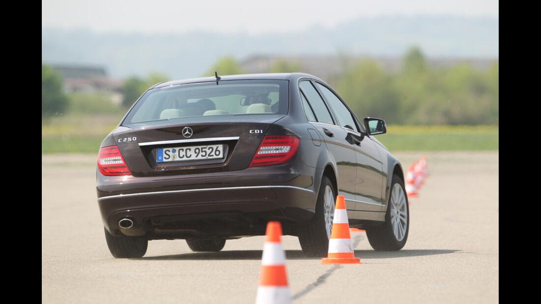 Mercedes 250 CDI, Rückansicht, Parcours, Hütchen