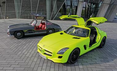 Mercedes 300 SL, Mercedes SLS AMG E-Cell, beide Fahrzeuge