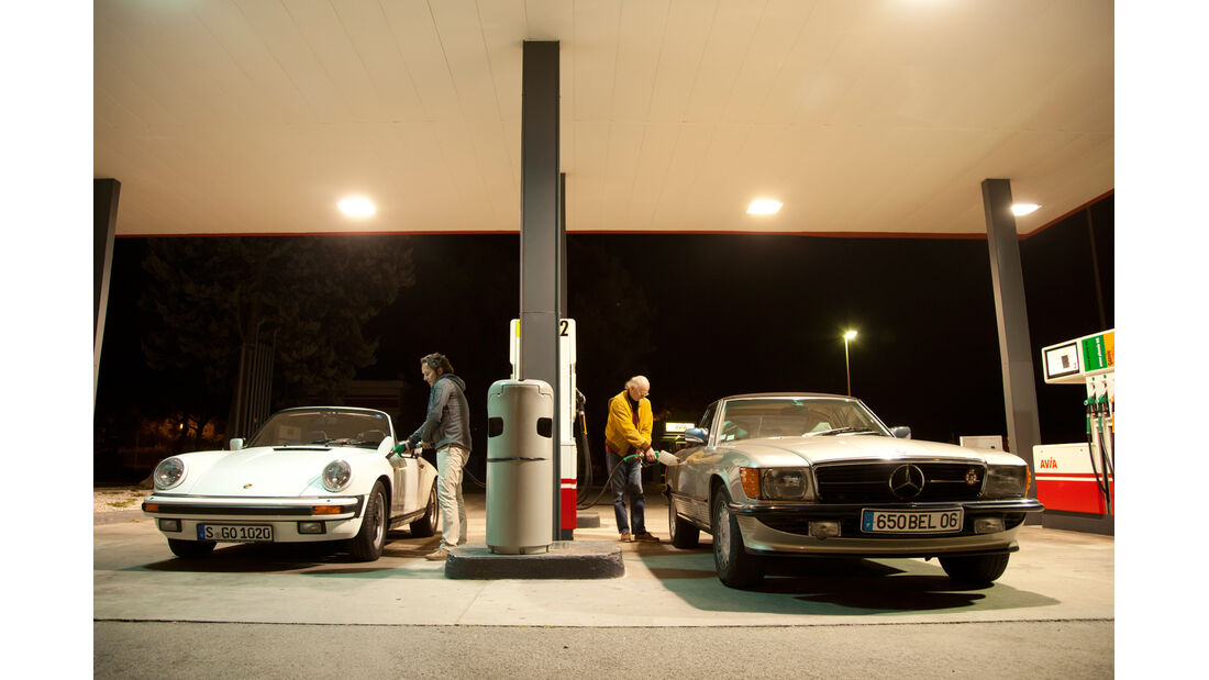 Mercedes 500 SL, Porsche 911 Carrera Cabriolet, Tankstelle