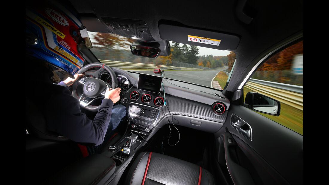 Mercedes-AMG A 45 4Matic, Fahrersicht, Cockpit