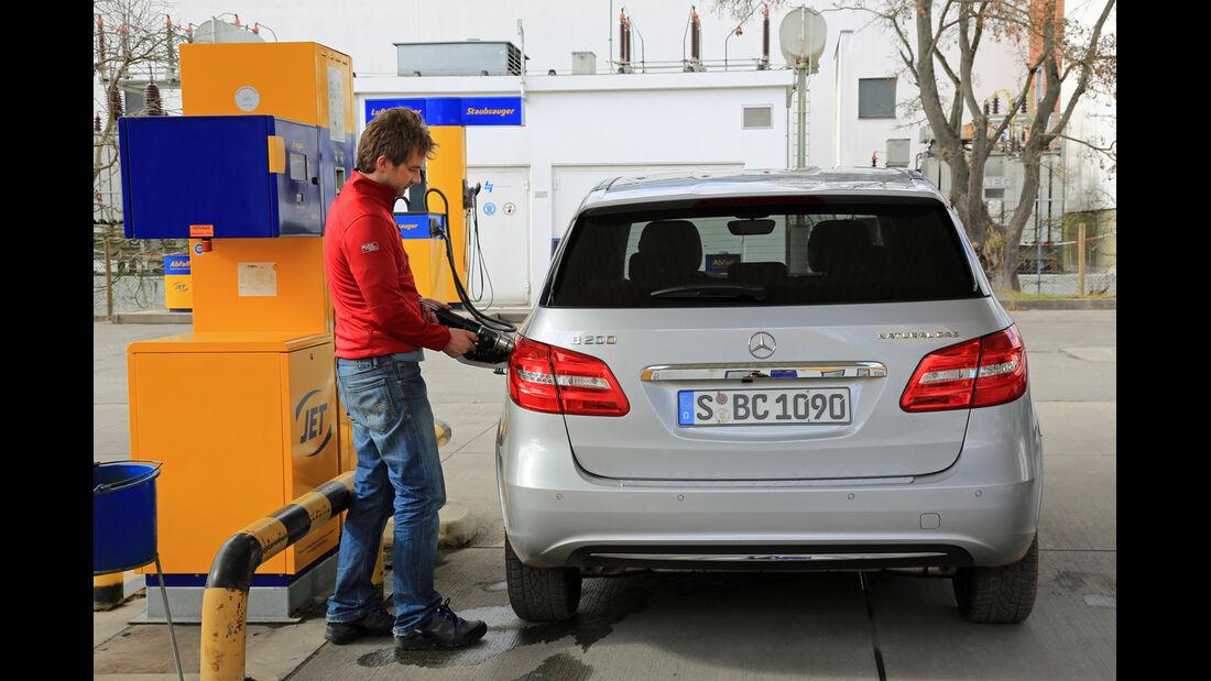 Mercedes B 200 NGD, Tankstelle, Betanken