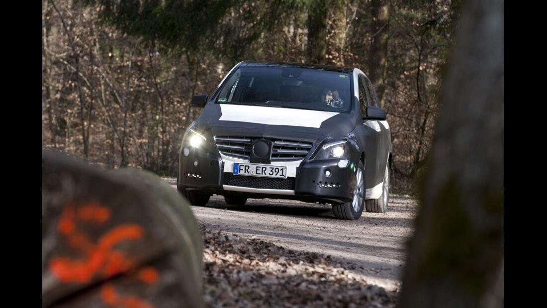 Mercedes B-Klasse, Erlkönig, Frontansicht, Parkplatz, Wald