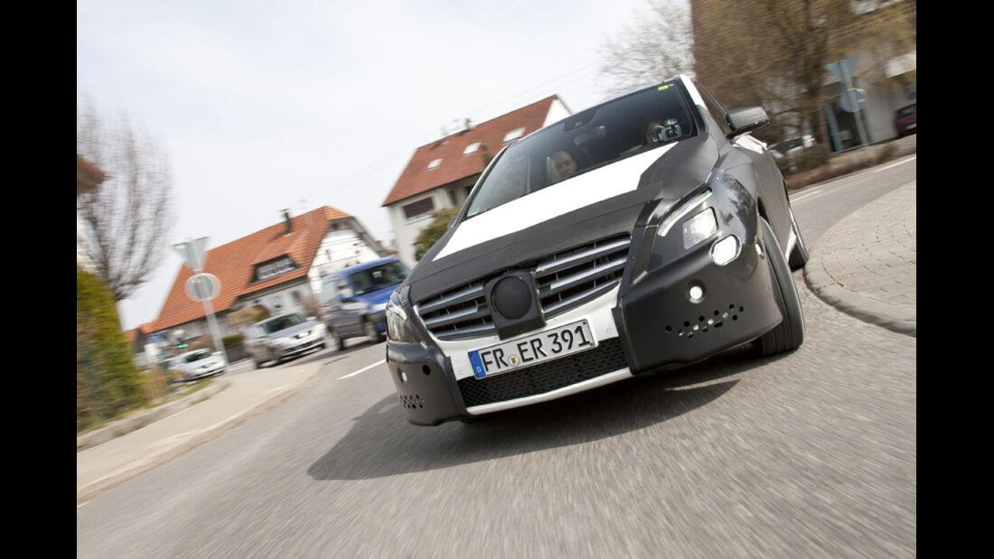 Mercedes B-Klasse, Kurvenfahrt, Frontansicht, Erlkönig