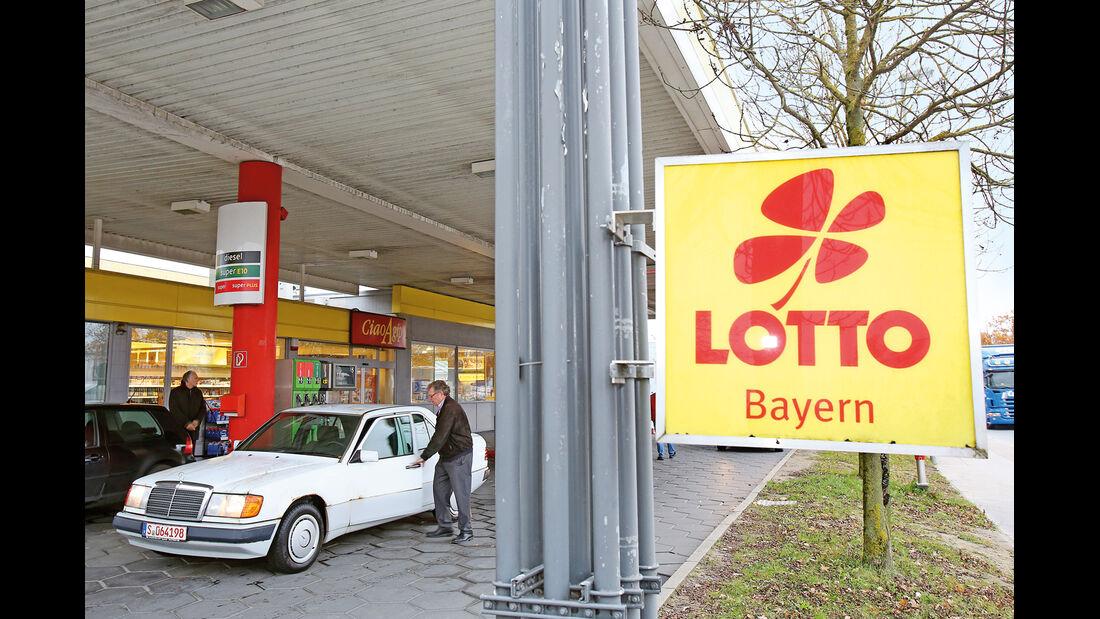 Mercedes-Benz 250 D, Lotto, Tankstelle