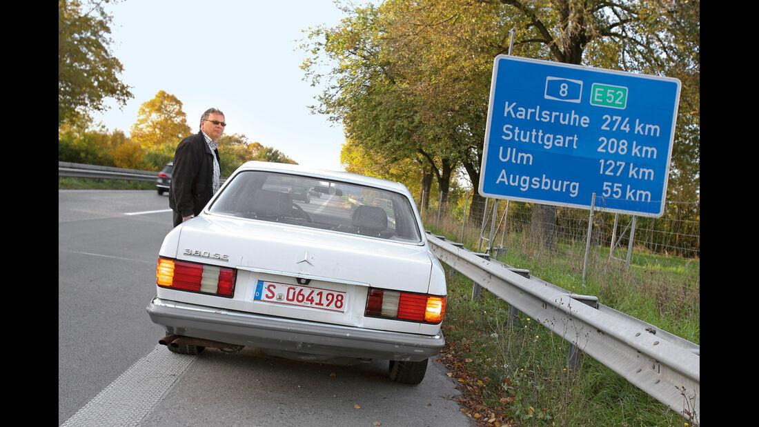 Mercedes-Benz 380 SE, Heckansicht, Alf Cremers, Autobahnschild