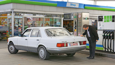 Mercedes-Benz 380 SE, Heckansicht, Tankstelle