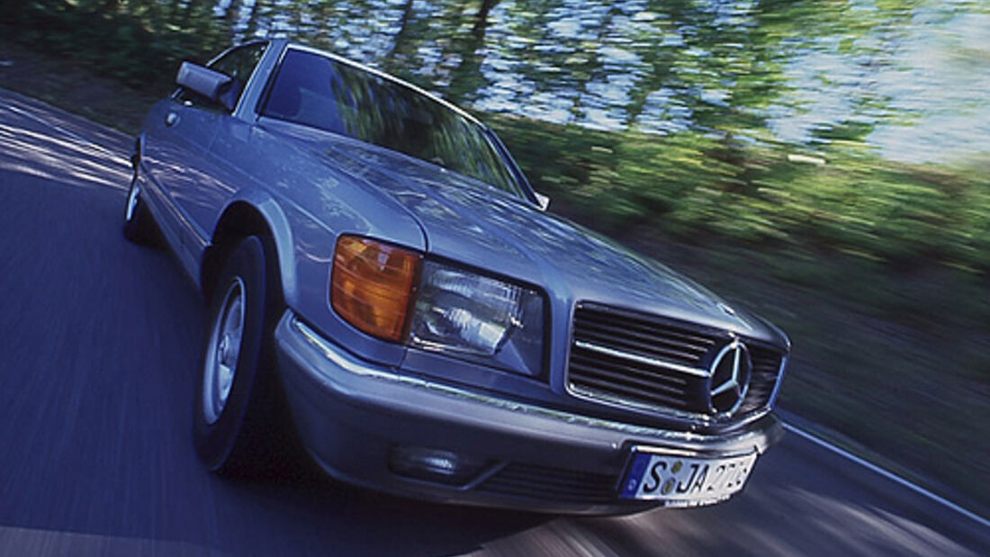 Mercedes-Benz 380 SEC in Fahrt von schräg vorne