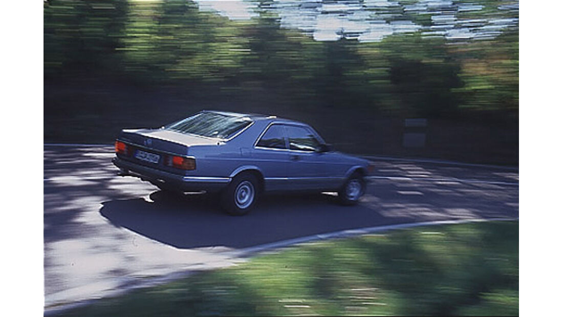 Mercedes-Benz 380 SEC in Fahrt von seitlich hinten