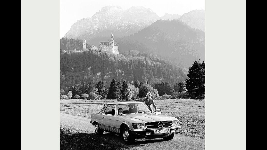 Mercedes-Benz-Coupé der Baureihe 107 vor Alpenkulisse