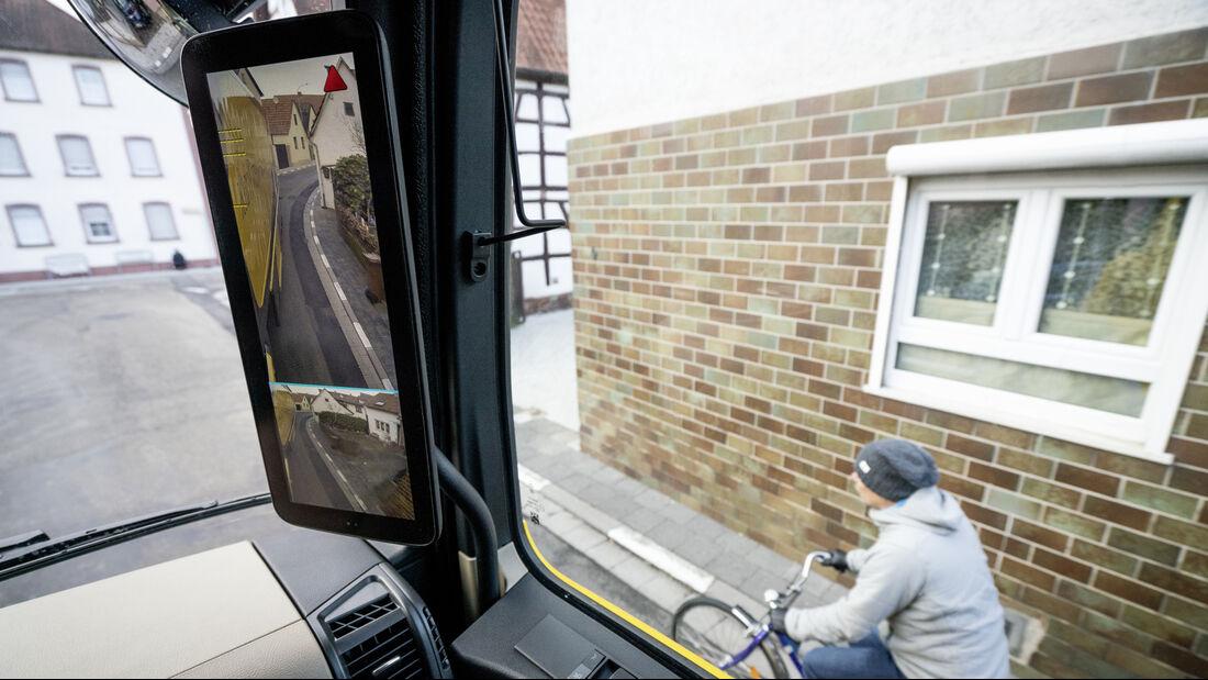 Mercedes-Benz Lkw: Perfektes Zusammenspiel: Abbiege-Assistent und MirrorCam bieten noch mehr Sicherheit  Mercedes-Benz Trucks: Perfect teamwork: Sideguard Assist and MirrorCam provide for greater safety