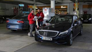 Mercedes C 350 e, VW Passat GTE, Tankstelle