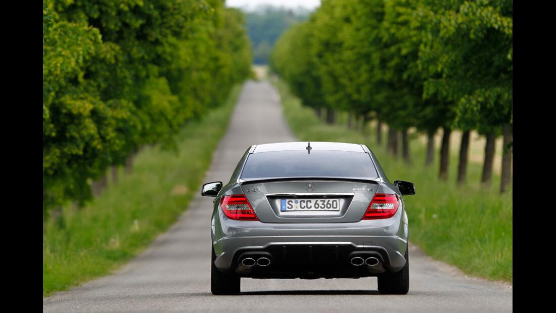 Mercedes C 63 AMG Coupe Performance Package, Rückansicht, Wald